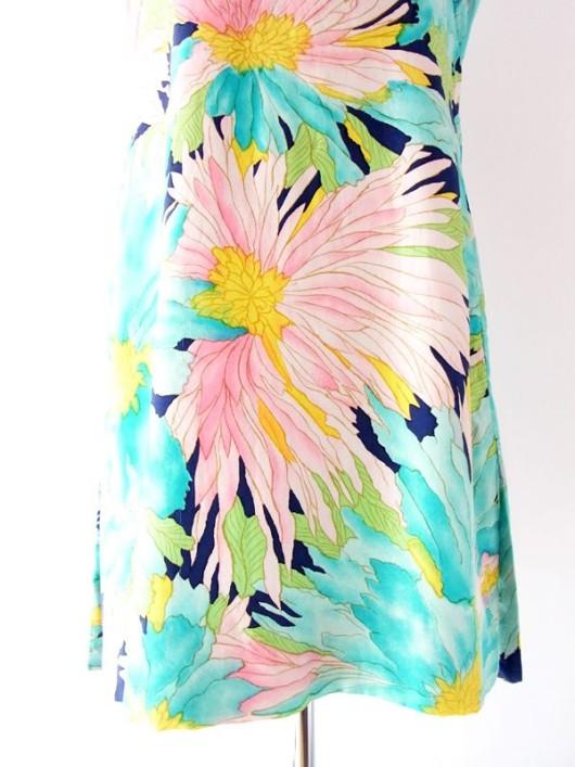 なめらかなシルク地に描かれる鮮やかな花柄プリントが美しい60年代後半~70年代初期製のヴィンテージワンピ