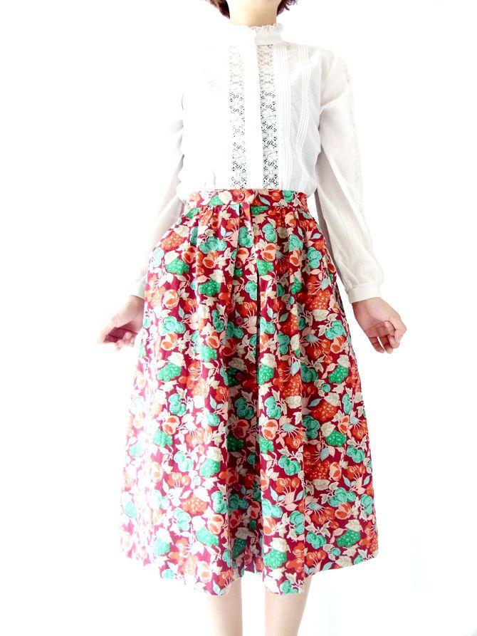 キュートなモデル着用写真でご紹介、美しいワインレッド、大人可愛いぶどうのプリント。美麗なフランス買い付けスカート