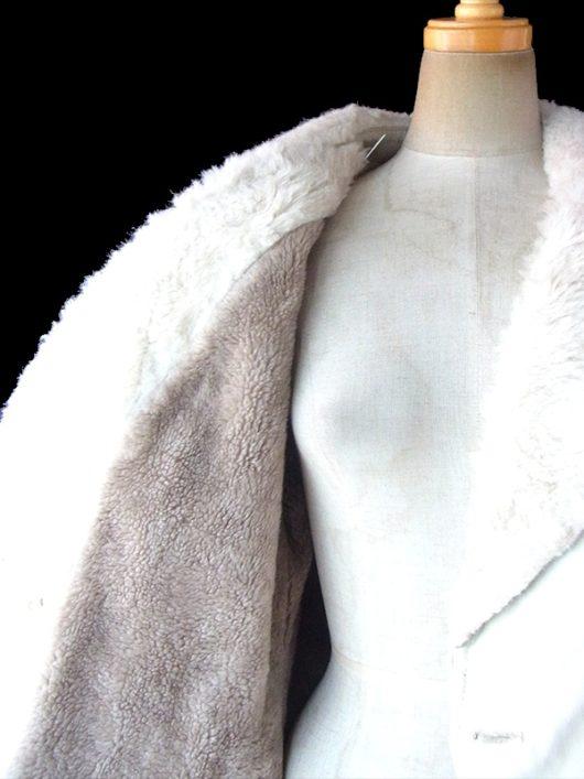 【送料無料】ロンドン買い付け 70年代製 ホワイト X 襟と裏地にたっぷりボアがあしらわれた 共布ベルト付き コート 09UK1602【ヨーロッパ古着】